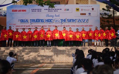 Trao tặng ngư dân Bà Rịa - Vũng Tàu 2.000 lá cờ Tổ Quốc