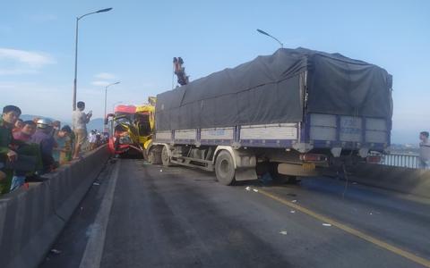 Tai nạn nghiêm trọng trên cầu Gianh, 2 người thương vong, ách tắc nhiều giờ