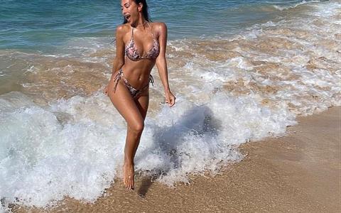 Ca sĩ Nicole Scherzinger quyến rũ với bikini bên bãi biển