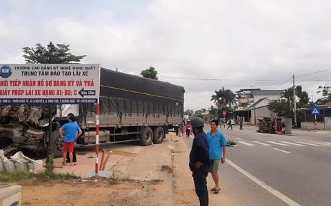 Va chạm giữa 2 xe tải, nhà dân ven đường bị tông sập