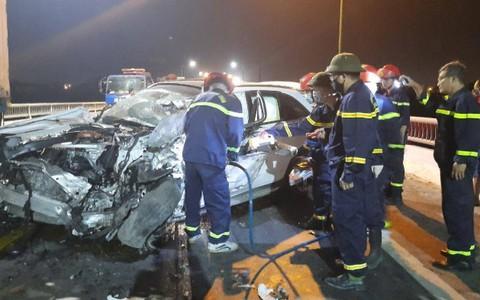 Tông xe tải, Mercedes GLC bẹp dúm, tài xế tử vong