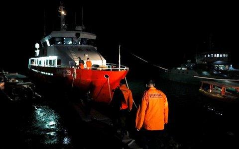 Lần theo vết dầu loang của tàu ngầm Indonesia mất tích