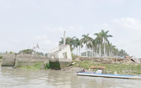 """CLIP: Làm rõ vụ dân """"tố"""" doanh nghiệp khai thác cát trái phép gây sạt lở bờ sông"""