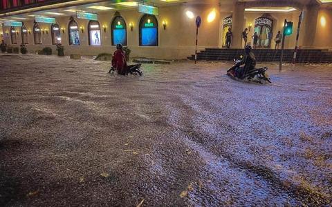 """CLIP: Nhiều tuyến phố ngập sâu, người Hà Nội bì bõm sau trận """"mưa vàng"""""""