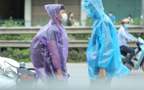 """CLIP: Người diện F1 mặc áo mưa dưới trời nắng """"ùn ùn"""" tới khám sàng lọc Covid-19"""