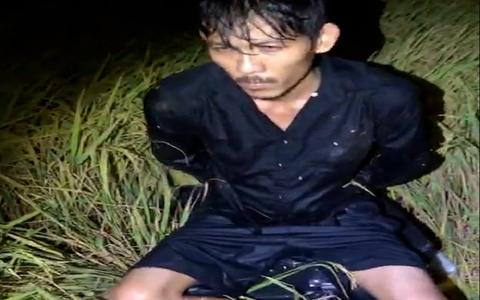 CLIP: Mật phục bắt gã đàn ông cùng nhiều bọc nylon đen quấn kín