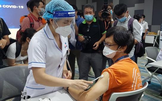 Những nhân viên đầu tiên tại khu công nghệ cao TP HCM được tiêm vắc-xin Covid-19