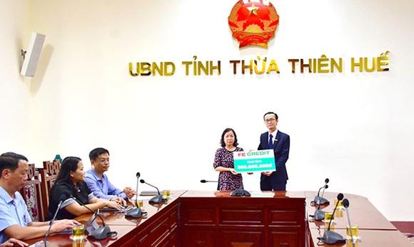 FE CREDIT trao tặng gia đình liệt sĩ Phạm Văn Hướng 300 triệu đồng