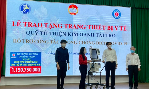 Quỹ Từ thiện Kim Oanh tiếp tục trao tặng ngành Y tế Đồng Nai 5 máy thở và nhiều vật tư y tế