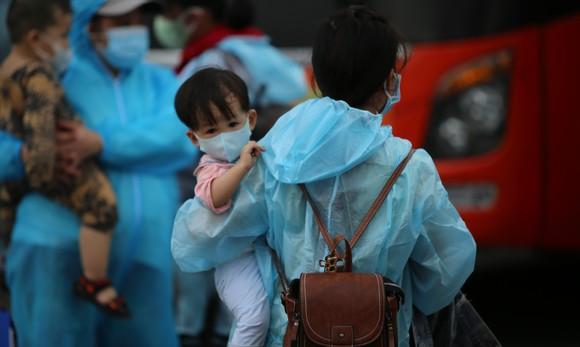 Quảng Ngãi đón 135 thai phụ, trẻ em về quê bằng xe buýt