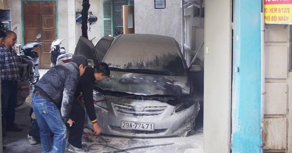 Khởi động trong gara, ô tô bỗng bốc cháy