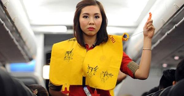 Hành khách lại xé áo phao trên máy bay