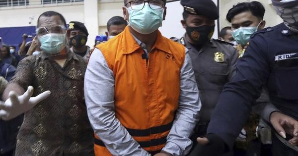 Đốt tiền hối lộ ở Mỹ, bộ trưởng Indonesia bị đón lõng ngay tại sân bay