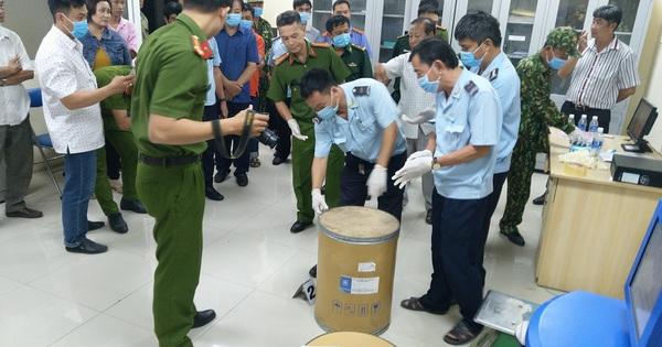 Người đàn ông vác thùng hàng qua biên giới chứa chất giết người