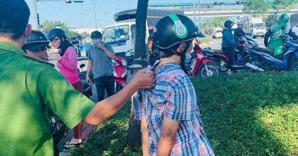 Tài xế taxi dừng xe cứu người gặp tai nạn, bị trộm lẻn lên xe lấy điện thoại