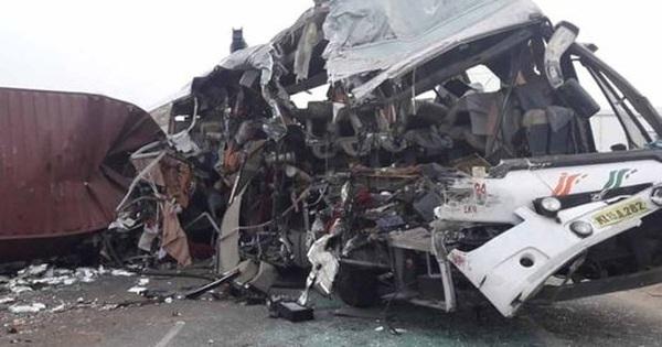 Xe tải lao trực diện vào xe buýt, 19 người thiệt mạng