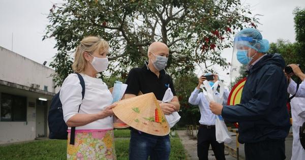 Vợ chồng du khách Anh bày tỏ kinh ngạc thành công của Việt Nam sau khi được chữa khỏi dịch Covid-19