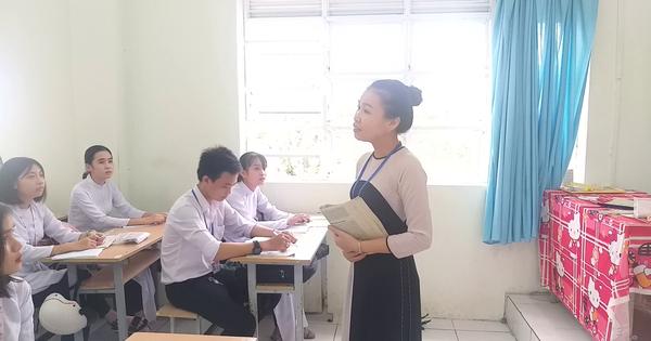 CLIP: Cô giáo trẻ dạy truyện Kiều bằng cách hát cải lương rất ngọt