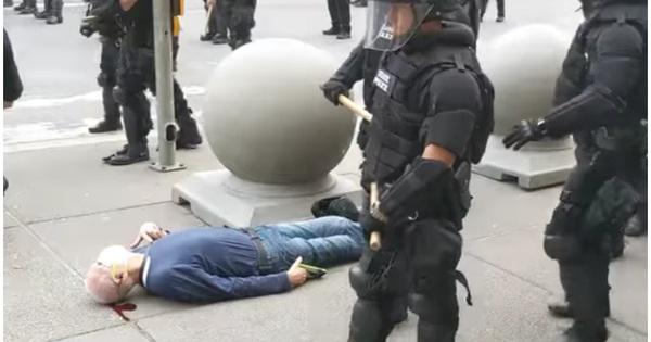 Cảnh sát Mỹ đẩy cụ ông đập đầu xuống đất ngất lịm