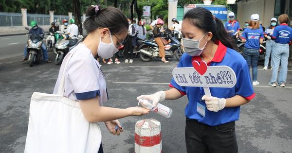Tình nguyện viên rửa tay, tiếp lửa cho sĩ tử thi tốt...