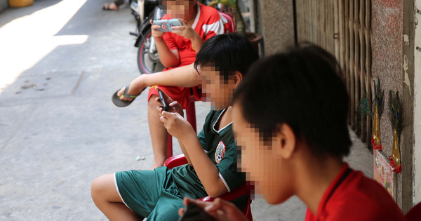Học sinh dùng điện thoại trong lớp: Được và mất