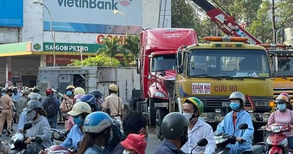 TP HCM: Ôm cua gắt, container lật ngang ngay ngã bảy Lý Thái Tổ