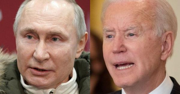 """Gió """"đẩy ngã"""" ông Joe Biden 3 lần khi lên chuyên cơ?"""