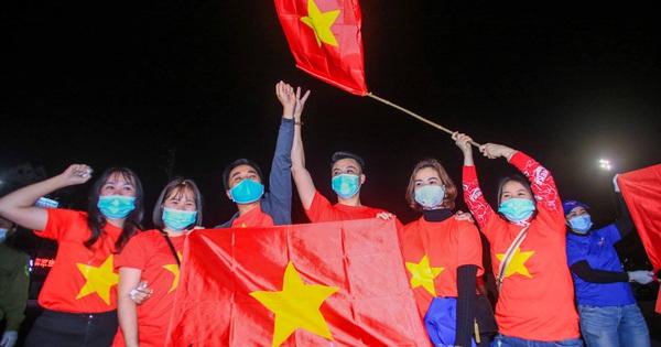"""CLIP: Người dân cầm cờ hô vang """"Hải Dương chiến thắng"""" thời khắc dỡ lệnh phong toả"""