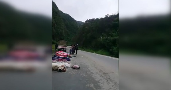 Xe nhồi nhét người va chạm xe đầu kéo ở Mỹ, ít nhất 15 người thiệt mạng