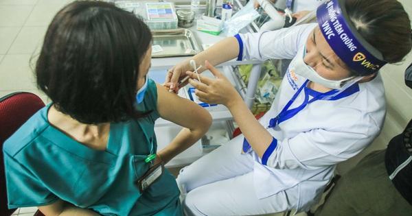 CLIP: 30 nhân viên y tế Bệnh viện Thanh Nhàn được tiêm vắc-xin Covid-19