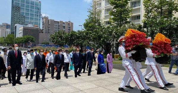 Chủ tịch nước cùng lãnh đạo TP HCM dâng hoa, dâng hương Chủ tịch Hồ Chí Minh