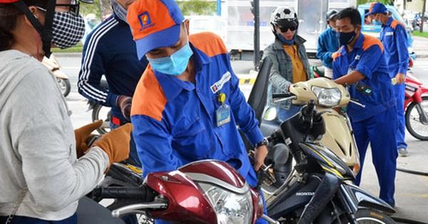 Xăng dầu đồng loạt giảm giá từ 15 giờ ngày 26-8