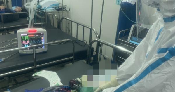 Gần 2 giờ bác sĩ, điều dưỡng tại Bệnh viện dã chiến số 12 thay phiên bóp bóng cứu bệnh nhân