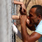 Cảm động nụ hôn qua hàng rào của ông bố tị nạn người Syria