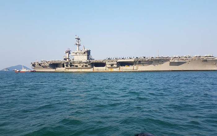 Kết quả hình ảnh cho Bất ngờ với nữ binh sĩ tàu sân bay Mỹ hát Nối vòng tay lớn